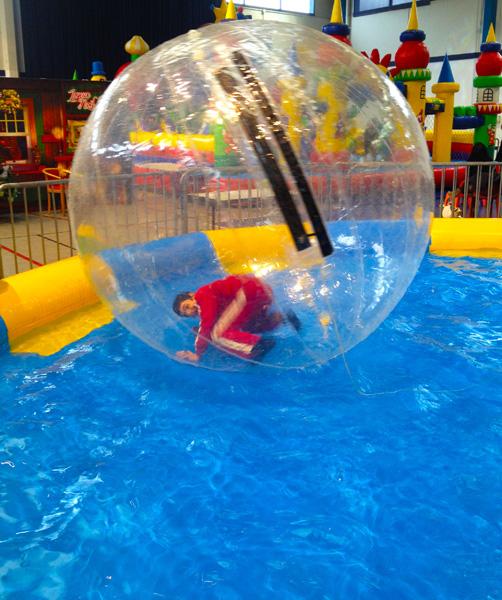 Location jeux gonflables boule sur eau mes sc nes de stars for Boule lumineuse piscine